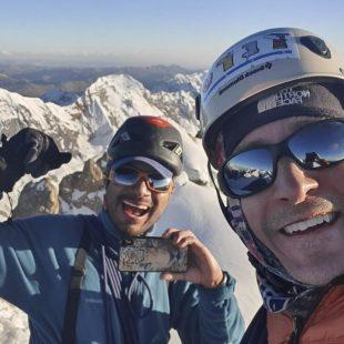 Los andinistas Steve Meder y Edward Saona felices tras trazar un nuevo itinerario en la cara suroeste del Nevado Sullcon Sur (5.650 m.) en la Cordillera Central peruana.