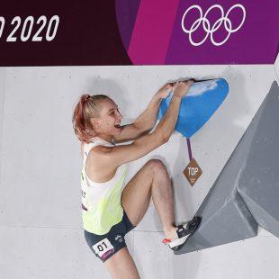 La eslovena Janja Garnbret medalla de oro en los Juegos Olímpicos de Tokyo 2021 en la competición de búlder que ganó.