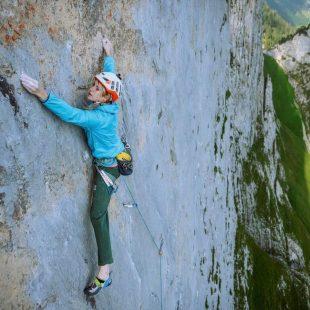 Matilda Söderlund en 'Parzival' (150 m, 8b) en los Alpes suizos.