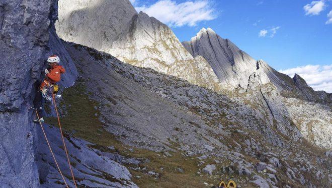 """Iker Pou durante la apertura de """"Súper Canalizos"""" 6c+/475 m al """"Huanka Punta"""" (4.670 m), Cordillera Blanca de Perú."""