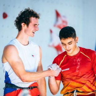 Adam Ondra felicita a Alberto Ginés durante la final de Tokyo 2020.