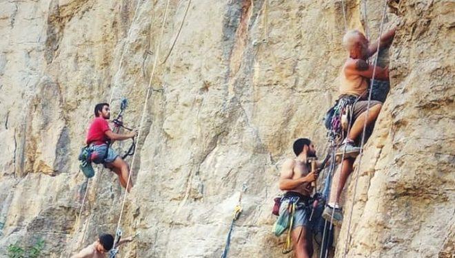 Ernesto, con escaladores voluntarios, en el proyecto Inoxidemos Montanejos