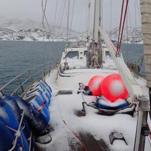 El yate Kamak navegando aguas de Groenlandia.
