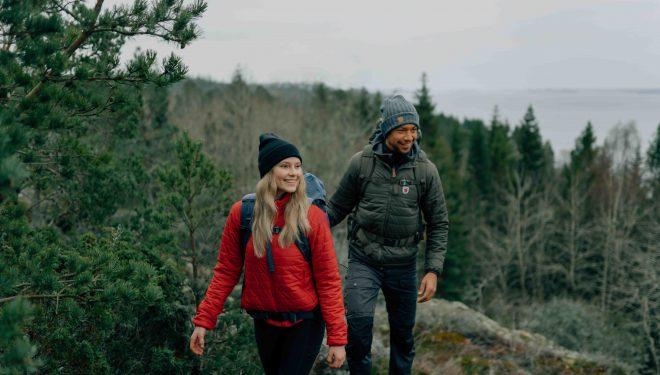 Haciendo trekking con la nueva chaqueta Expedition X-Lätt de Fjällräven