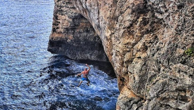 Iker Pou practicando psicobloc en Cala Sa Nau (Mallorca).