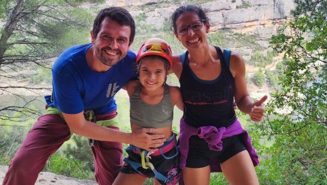 Júlia Borges con sus padres Ricard Borges y Montse de Villasante.