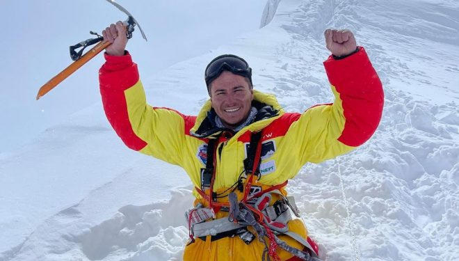 Rustam Nabiev, en la cima del Manaslu.