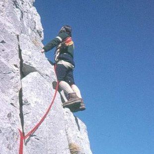 Imagen típica de la época: cuerda doble roja y botas rígidas.  Foto: Col. A. Fernández...  (desnivel)
