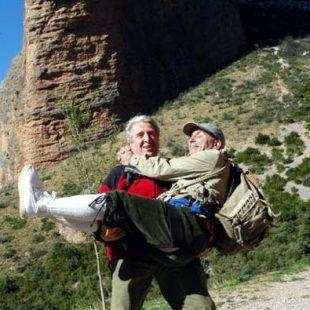 Jose Antonio Bescós levantando en brazos a Ángel López Cintero. Foto: Archivo Desnivel...  (desnivel)