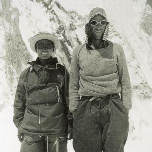 Edmund Hillary y Tenzing Norgay en el campo base, nada mas regresar de la cima del Everest (1953).