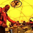 Campo base del Everest 2011. Juanito Oiarzabal en el comedor dando de comer a Carlos Soria.  (©Darío Rodríguez)