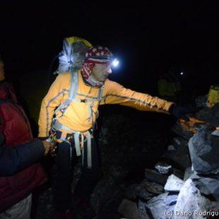 """Campo base del Everest 2011.Manuel López """"Lolo"""" ofrece la Puya en el Chorten del campo base"""