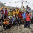 Kangchenjunga 2009. Edurne Pasabán y Jorge Egocheaga se fotografían con la expedición de Miss Oh en el campo base del Kangchenjunga.  ()
