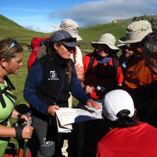 Una voluntaria de Montaña Segura informa a un grupo de excursionistas en una campaña pasada.  (Montaña Segura)