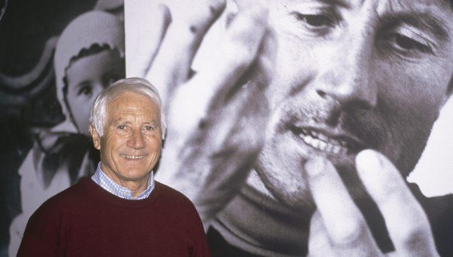 Walter Bonatti inauguró la Librería Desnivel en 1999. En la imagen ante una de las fotos de su exposición Detener la emoción.  ((c)Darío Rodríoguez)