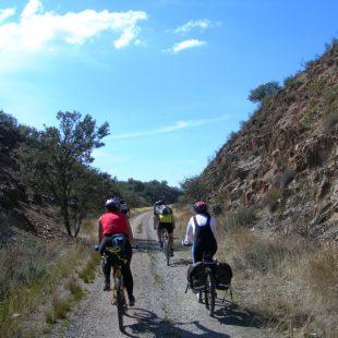 Cicloturistas en la Vía Verde de la Jara.  (Dioni Serrano)