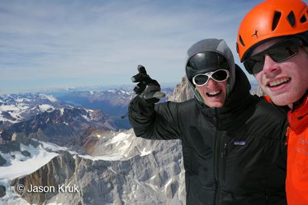 Jason Kruk y Hayden Kennedy en la cima del Cerro Torre tras su ascensión de la vía del Compresor en mejor estilo.  (Jason Kruk)