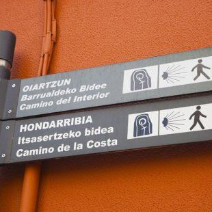 Chapa del Camino de la Vera Cruz instalada en un poste del Camino del Cid.  ()