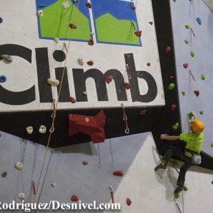 Jovencísimo escalador en un momento inauguración Climbat Girona  ((c) Darío Rodríguez)