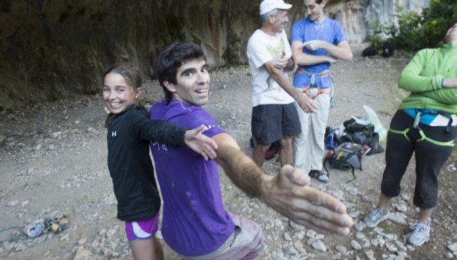 Brooke Raboutou (11 años) mide la envergadura de sus brazos con Dani Andrada (37 años).  Julio 2012  ()