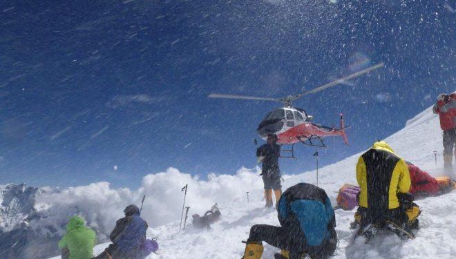 Un helicóptero despega desde la zona de la avalancha en el Manaslu  (Alpine Ascents)