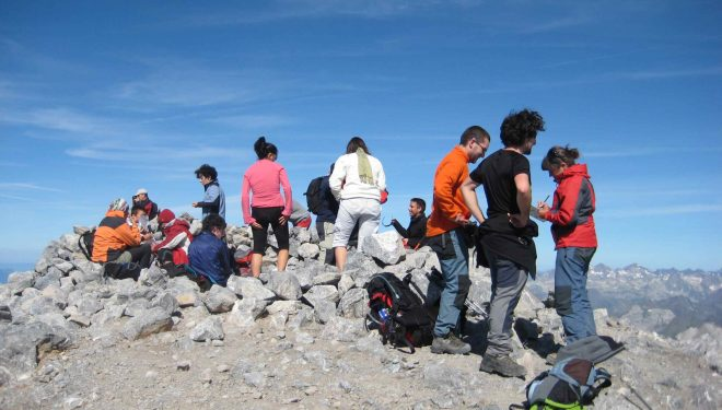 Voluntarios de la campaña de Montañas Seguras entrevistando a montañeros en la cumbre de Monte Perdido en la campaña del 2009.  (PRAMES)