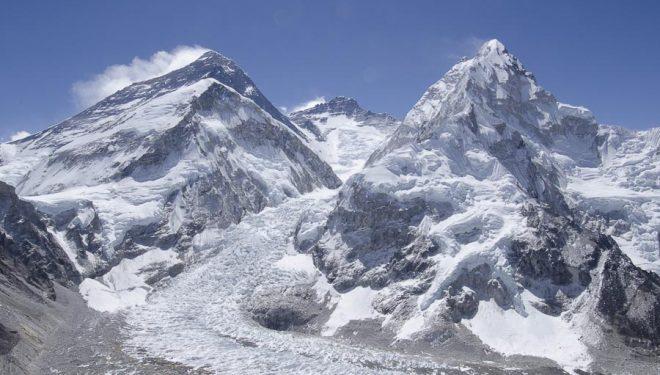 De izda a dcha: Everest, Lhotse y Nuptse, y cascada de hielo, vistos desde los alrededores del campo base del Pumori.