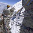 Cuerdas fijas de distintas temporadas en la vertiente norte del Everest  (Somos Ecuador)