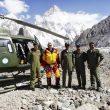 Rescate iraníes en el Broad Peak. El guía de montaña alemán Thomas Laemmle con la tripulación helicóptero militar Pakistaní.  (Thomas Laemmle)