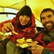 Natalia Martínez y Camilo Rada celebran su cumbre al Monte Sarmiento comiendo una picadita  (Natalia Martínez)