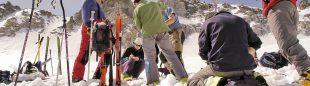 Un grupo de geólogos toma mediciones del espesor de la nieve en el glaciar de la Maladeta.  (Dioni Serrano)