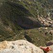 Un miembro del equipo de Pyrénaline saltando desde la cima La Visera. A su izquierda un compañero le suelta la cuerda.  ()