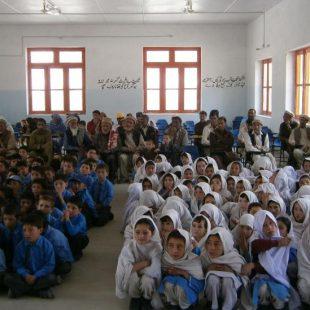 Niños y niñas en la escuela Munawar