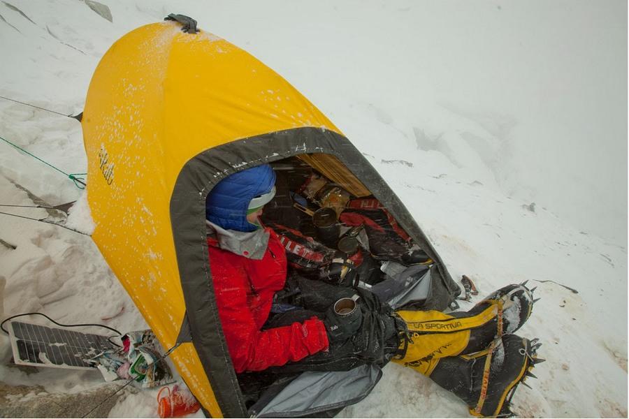 Pawel Dunaj en C1A (5.500 m) del Nanga Parbat invernal  (Michal Obrycki / nangadream.blogspot.com)