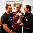 Gabriel de Régil entrega la Copa Andrés de Régil-Trofeo BBK a Mikel Navarro e Iñigo Lariz. Copa Andrés de Régil- Trofeo BBK 2013  (Santi Yañiz)