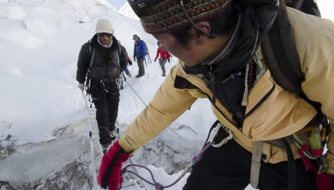 Sherpas cruzando una grieta en la Cascada de Hielo del glaciar de Khumbu del Everest. (2011)  ((c) Darío Rodríguez/DESNIVEL)