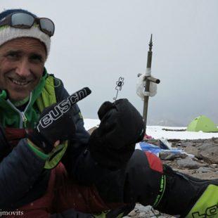 Ralf Dujmovits durante su aclimatación en la cima del Aconcagua en la que pasó dos noches