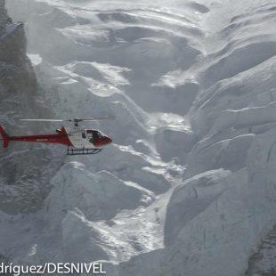 Un helicóptero sobrevuela la Cascada de Hielo en los alrededores del campo base el Everest la temporada 2011.  (Darío Rodríguez/DESNIVEL)