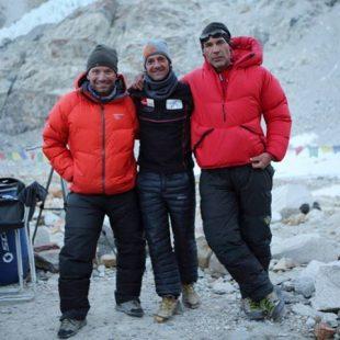 Ferran Latorre con Mike Horn y Frederic Roux en el campo base del Makalu  (Col. F. Latorre)