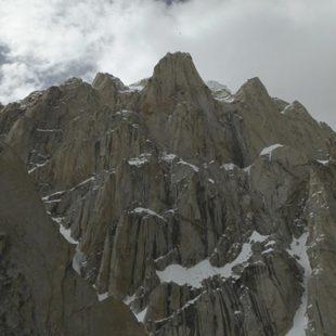 Vista del pilar que escalarán en estilo cápsula para acceder a la cumbre(no visible aquí)del Paiju Peak  (Expedición Wopeak 2014)