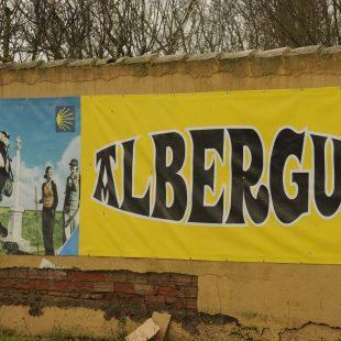 Un gran cartel anunica la presencia de un albergue en el Camino Francés.  (Darío Rodríguez)