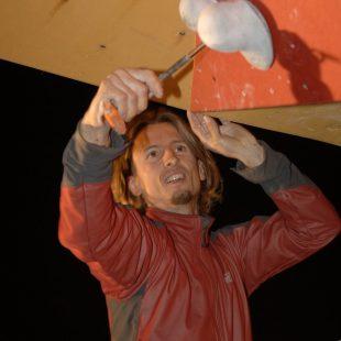 Instalando presas de escalada en un rocódromo  (Darío Rodríguez)