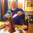 Chris Bonington y su pastel de 80 aniversario con la forma del Old Man of Hoy  (Berghaus)