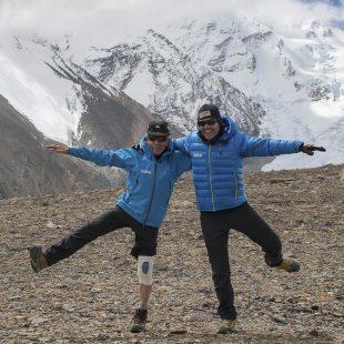 Carlos Soria bromea en el campo base del Shisha Pangma con el doctor Carlos Martínez (y con su rodilla)  (© Expedición BBVA)