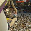 La coreana Jain Kim totalmente emocionada al alzar el top del itinerario de la final del Campeonato Mundo Escalada de Gijón que sería la única en encadenar proclamándose Campeona del Mundo de Escalada 2014  (© Darío Rodríguez/DESNIVEL)