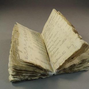 Cuaderno de George Murray Levick hallado en la Antártida un siglo después de que su dueño lo perdiese. 2014  (Antarctic Heritage Trust)