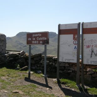 Carteles de información senderista en el puerto del Palo