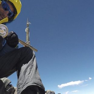 Kilian Jornet en la cima del Aconcagua durante el record ascenso y descenso Aconcagua que situó en 12h 49m. 23 diciembre 2014  (Seb Montaz / Summits of My Life)