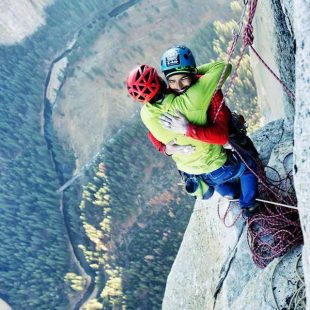 Abrazo entre Tommy Caldwell y Kevin Jorgeson tras liberar el último largo del Dawn Wall (Yosemite)