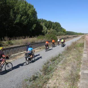 Cicloturistas en la Vía Verde del Valle del Eresma.  (Dioni Serrano)